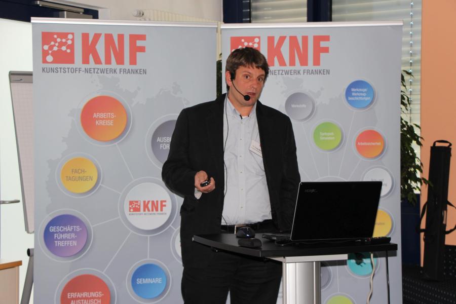 Dr. Thomas Meins präsentierte den Vortrag Pianoblack-Pianowhite: Neuartige Materialien für spritzblanke Dekoroberflächen