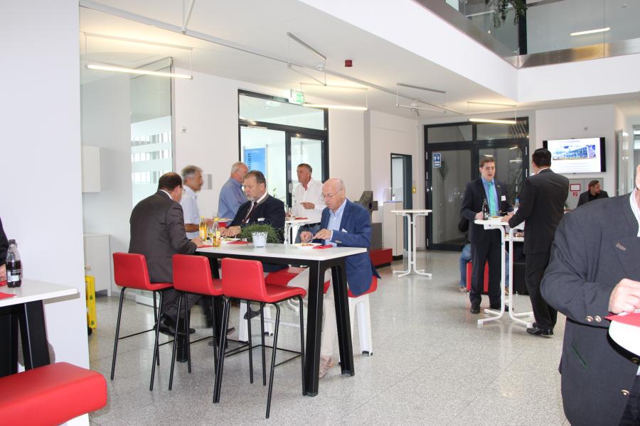 In der Mittagspause konnten die Gespräche mit den Referenten vertieft und weitere Kontakte geknüpft werden