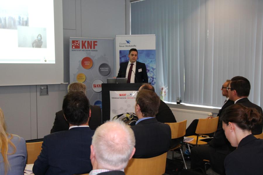 Dr.-Ing. Thomas Neumeyer von den Neuen Materialien Bayreuth GmbH hält einen Vortrag zum Thema Nachhaltige Produktion von Leichtbaustrukturen. Ein Widerspruch?
