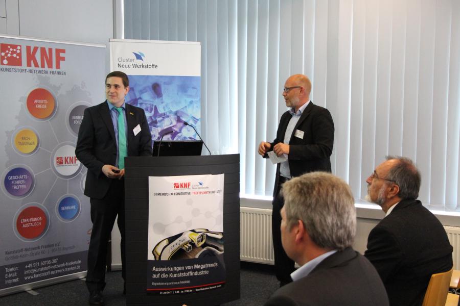Dr. Marcus Rauch begrüßt Marc Kreidler von der ARBURG GmbH + Co KG zu seinem Vortrag Industrie 4.0 in der Kunststoffproduktion
