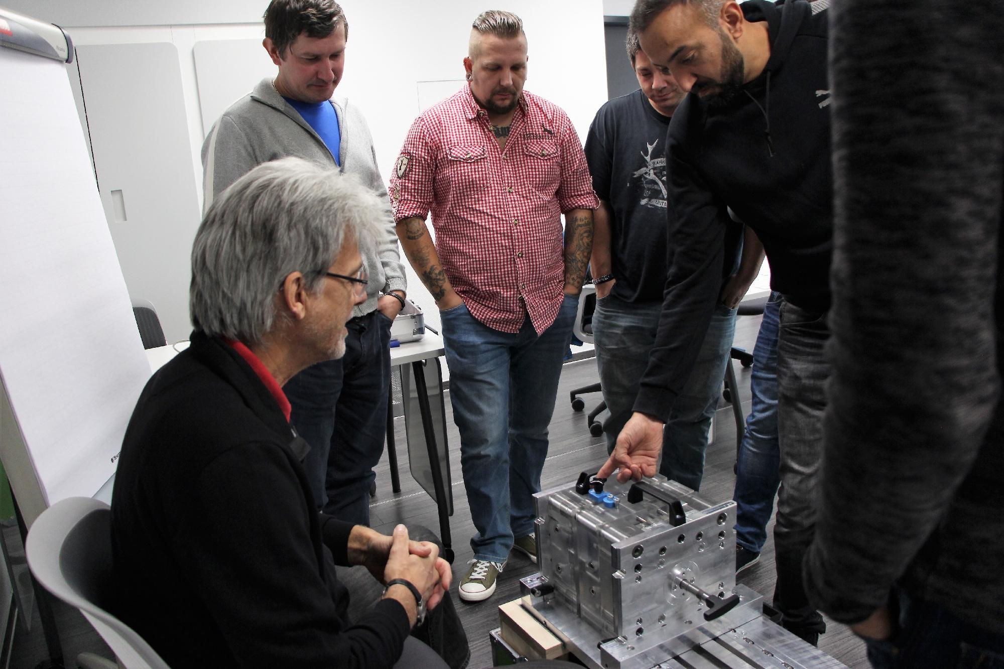 Geprüfte Fachkraft Spritzgieß-Produktion: Seminar Heißkanaltechnik und Wiederholung Werkzeuge bei der Fa. Werkzeugbau Siegfried Hofmann GmbH, September 2017