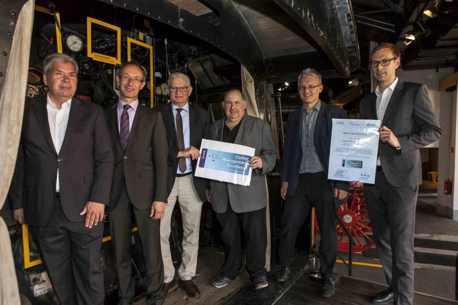 Das Kunststoff-Netzwerk Franken wurde mit dem Silberlabel der Europäischen Cluster Excellence Initiative ausgezeichnet. Im Bild Geschäftsführer Hans Rausch mit den Vorständen des KNF.