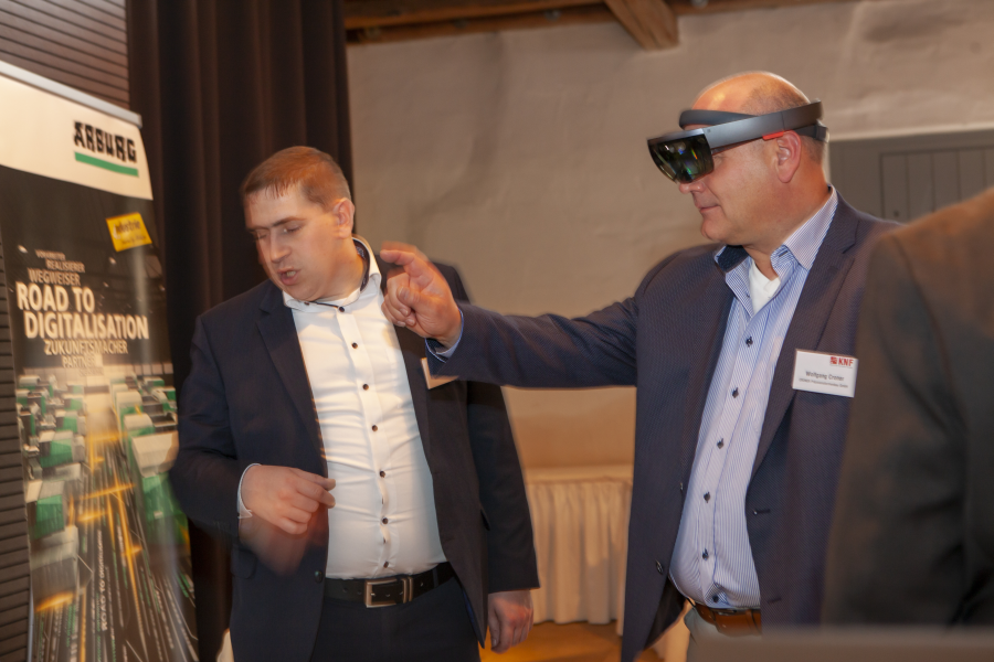 Marc Kreidler von der ARBURG GmbH & Co. KG, Loßburg präsentierte uns die Virtuell-Reality-Anwendung