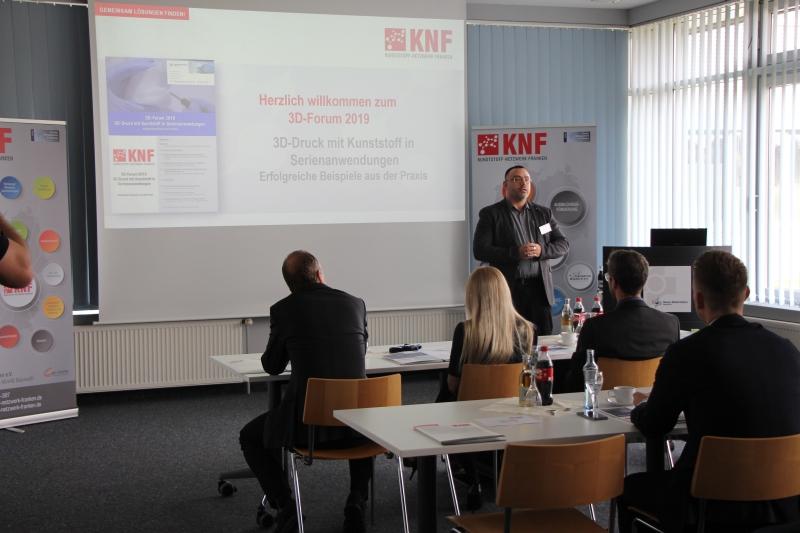 Armin Bauer aus dem Vorstand des Kunststoff-Netzwerk Franken e.V. begrüßt die Teilnehmer des 3D-Forums 2019 am 14. November 2019