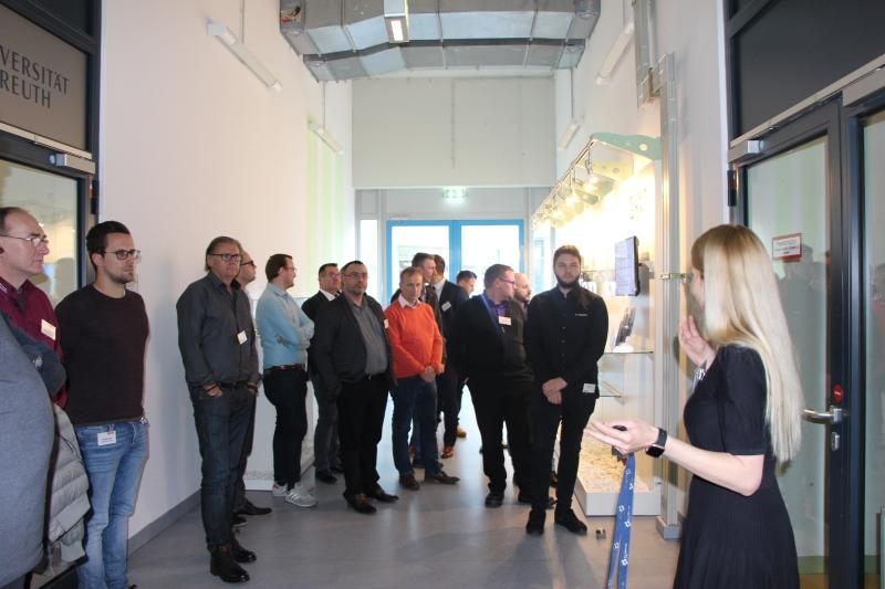 Dr. rer. nat. Julia Gensel von den Neue Materialien Bayreuth GmbH führt die Teilnehmer des 3D-Forums 2019 durch das Demo-Center Additive Fertigung der NMB GmbH